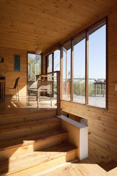 Casa de madera sobre colina inclinada casas de madera for Tejados de madera prefabricados